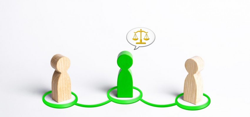 arbitrator-compromise-conflict-resolution-intermediary-fair-deal-middleman-dispute-negotiations-judge_t20_OzKb9b