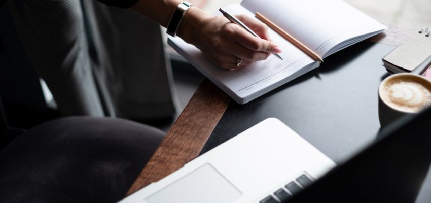 business-woman-writing-in-her-diary_t20_QzLey6