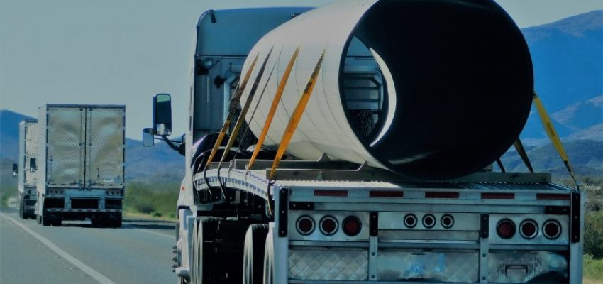 transportation-and-logistics-an-18-wheeler-hauls-a-large-pipe-on-the-i40-freeway-westbound-towards_t20_pYOyrY
